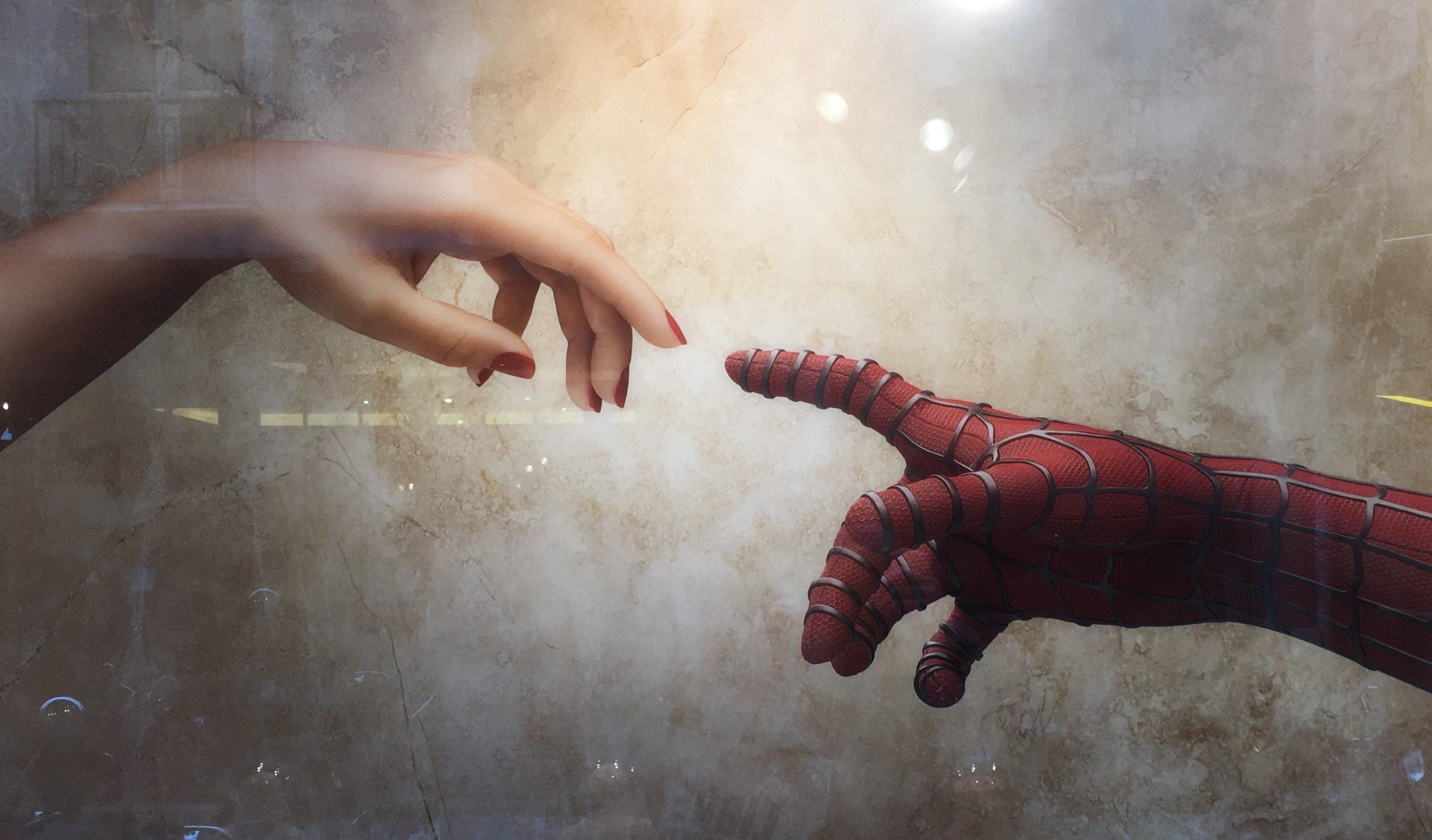 doigts qui se rencontrent