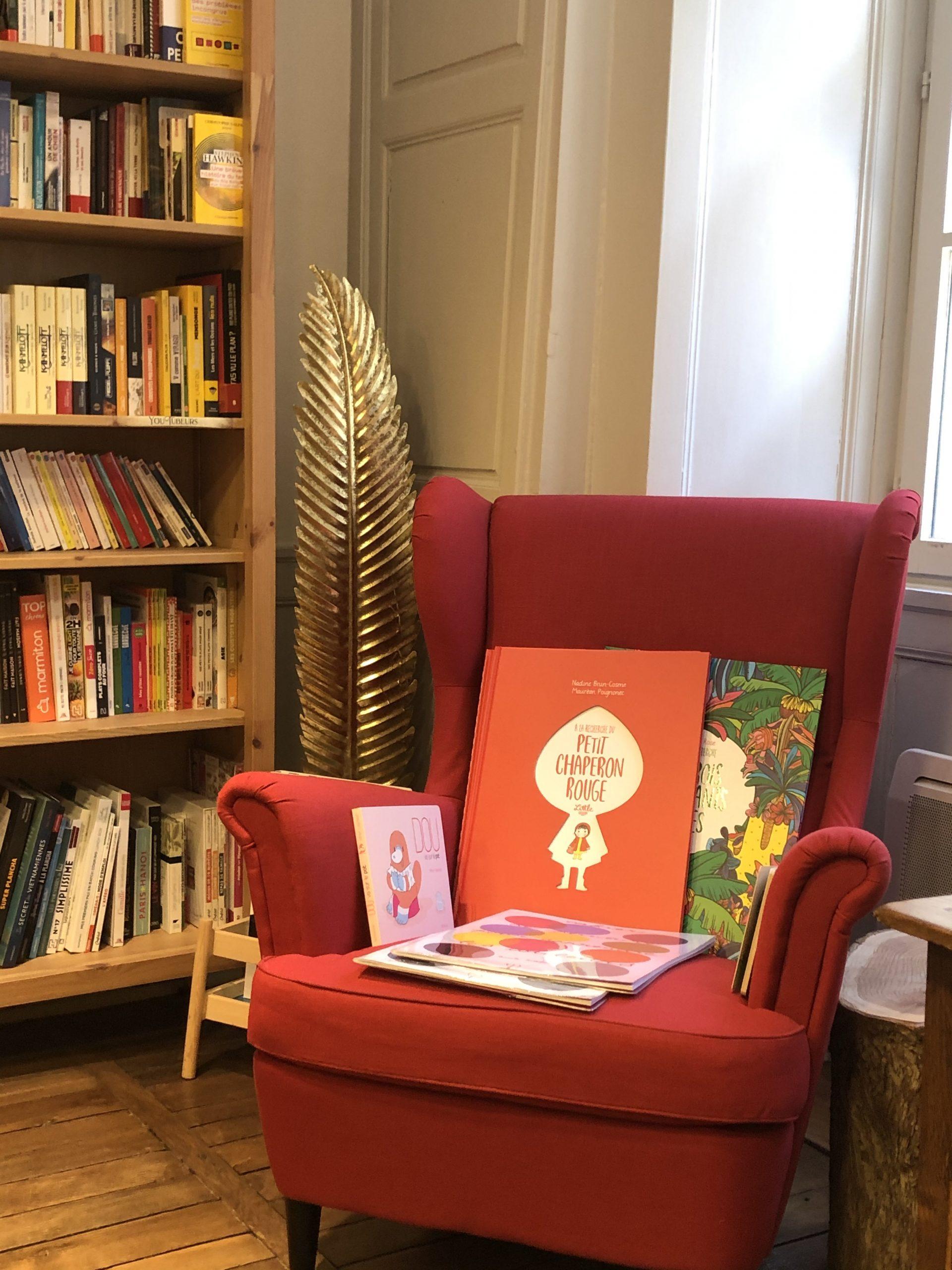 fauteuil rouge et livres jeunesses